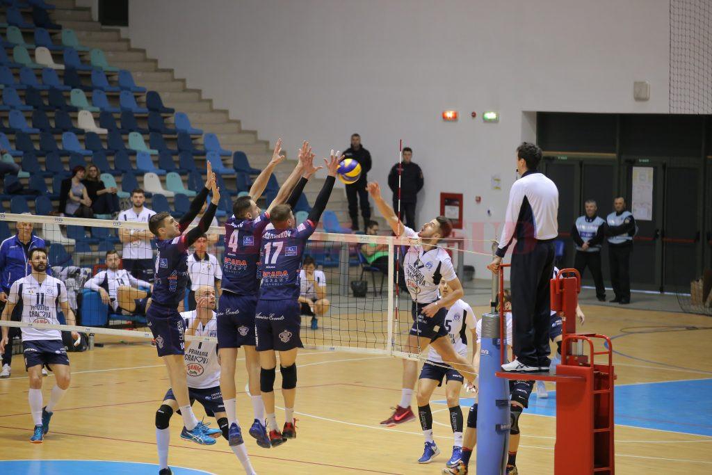 Marian Bala (în tricou alb) și colegii săi și-au luat revanșa în fața Arcadei Galați, după ce formația moldavă învinsese de trei ori în acest sezon formația olteană (foto: Claudiu Tudor)