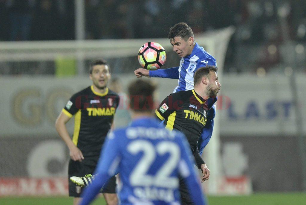 Vladimir Screciu (în albastru) a lăsat o impresie foarte bună în meciul cu Astra (Foto: csuc.ro)