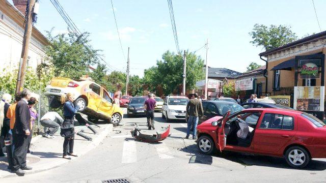 Foarte multe tamponări violente au loc în intersecţia străzilor Dezrobirii, Horia şi Buciumului