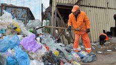 Angajații Salubrității sortează deșeurile colectate de craioveni (Foto: Claudiu Tudor)