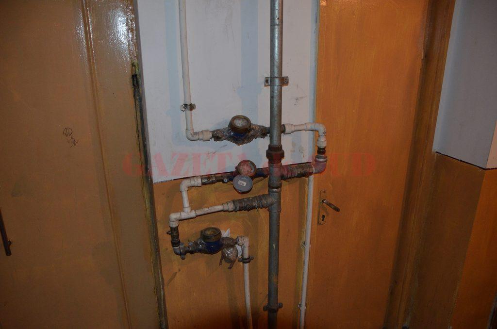 Conductă de apă pe casa scării