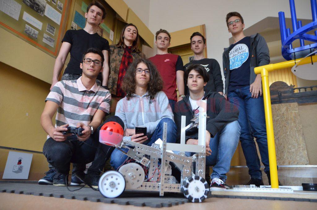 """Cei 12 elevi ai Colegiului """"Frații Buzești"""" care au participat la Concursul Național de Robotică s-au calificat pentru finala care va avea loc în Statele Unite ale Americii"""