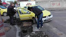 Lucrările de la intersecția străzilor Elena Teodorini și Câmpia Islaz au făcut o victimă, un taxi ()