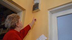 Mariana Nicolae, arătând indexul contorului din locuință, care indică un consum cu 860 de kWh mai mic decât consumul estimat și facturat de către CEZ (FOTO: Claudiu Tudor)