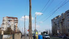 Stâlpii foarte vechi au rămas în mijlocul trotuarului (Foto: Cititor GdS)
