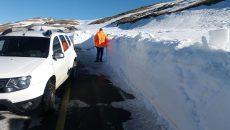 Multă zăpadă se află în curbe (Foto: Eugen Măruţă)