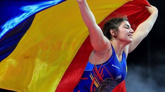 Bucurie maximă! După ce a câştigat meciul pentru medalia de bronz, craioveanca Alexandra Anghel a ridicat steagul României deasupra capului