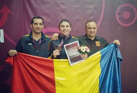 Antrenorii de la clubul CS Universitatea, fraţii Aurel şi Marius Cimpoeru, i-au fost alături Alexandrei în Ungaria