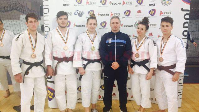 Floriana Văcaru (a treia din stânga), alături de ceilalți medaliați de la CS Universitatea Craiova și de antrenorul Mihai Voinea