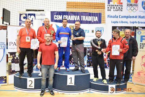 Antrenorii Marius și Aurel Cimpoeru (foto centru) au fost premiați pentru rezultatele obținute de sportivii de la CS Universitatea, aflați pe primul loc în clasamentul cluburilor