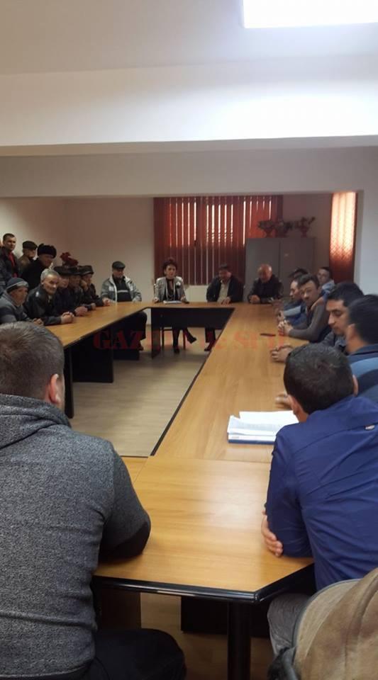 """Reprezentanţii APIA Dolj au avut întâlniri cu localnicii din Desa pentru a le explica maniera în care pot accesa fonduri prin programul """"Sprijin pentru prima împădurire şi crearea de suprafeţe împădurite"""" (Foto: Facebook/ Adela Tucă)"""