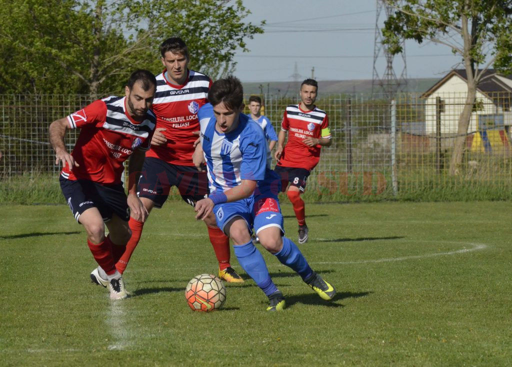 Alex Popescu (la minge) a fost unul dintre cei mai buni jucători de pe teren (Foto: Alexandru Vîrtosu)
