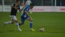 """Alex Mateiu (în albastru) a primit trei etape de suspendare pentru """"roșul"""" din meciul cu Dinamo (foto: Alexandru Vîrtosu)"""