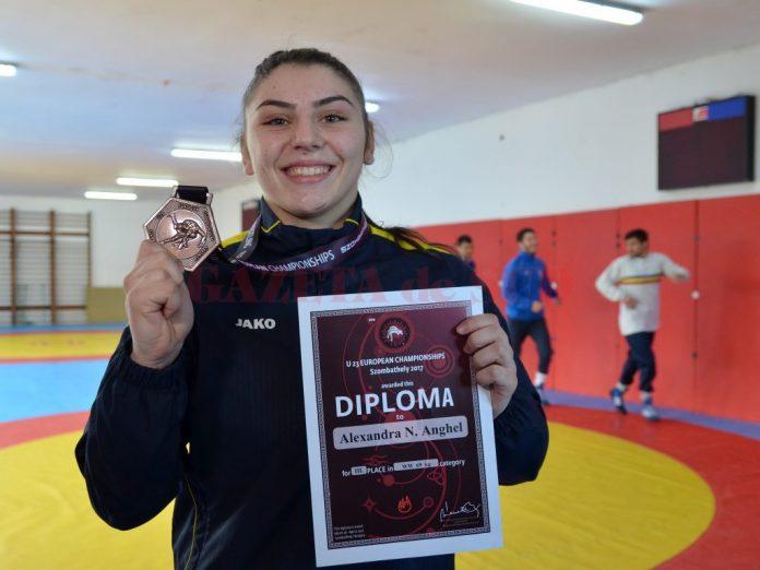 Alexandra Anghel prezintă cu mândrie medalia cucerită la Europene (foto: Bogdan Grosu)
