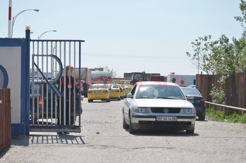 Mulți şoferi care au maşinile înmatriculate în Bulgaria vor să le înmatriculeze în România (Foto: Bogdan Grosu)