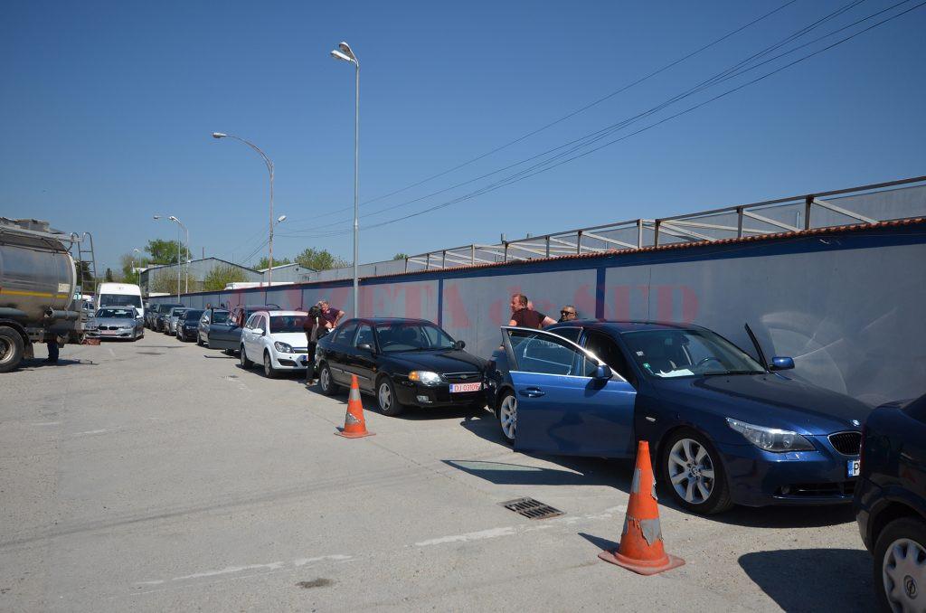 Programările nu se respectă, iar şoferii aşteaptă ore în şir în curtea RAR Dolj (Foto: Bogdan Grosu)