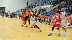 Taylor (la minge) şi colegii săi au învins din nou pe Dinamo şi sunt mai aproape ca oricând de accederea în play-off (foto: arhivă GdS)