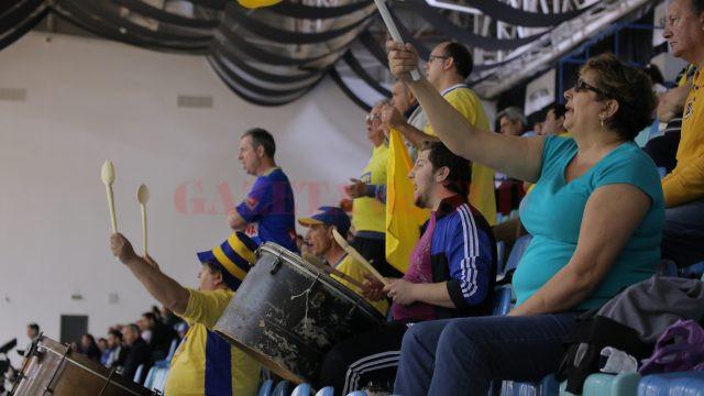 Suporterii braşoveni şi-au susţinut echipa favorită, dar au aplaudat şi golurile reuşite de Cristina Zamfir, o jucătoare care le-a rămas la suflet (foto: Bogdan Grosu)