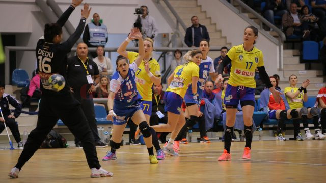 Ana Maria Apipie (în albastru) şi colegele sale au încheiat cu victorie meciurile de pe teren propriu din acest sezon al Ligii Naţionale (foto: Bogdan Grosu)