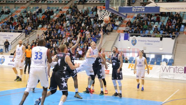 Florin Popa (în alb) şi colegii săi nu le-au dat nici o emoţie clujenilor, care câştigă seria cu scorul general de 3-0 (foto: Claudiu Tudor)