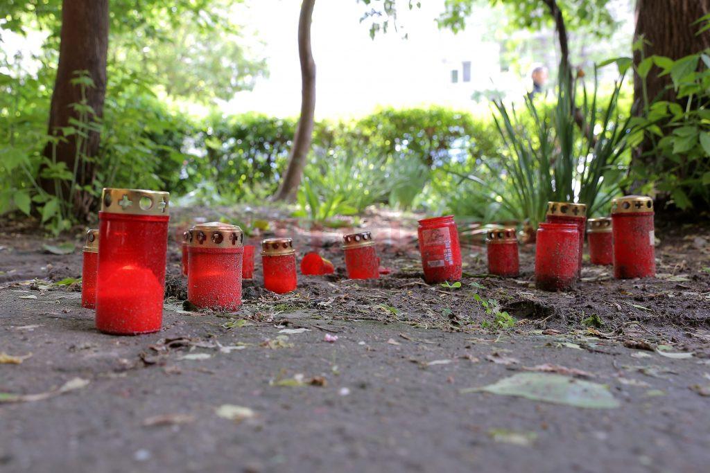 Câteva candele au fost aprinse de prietenii lui Ionuţ, în locul în care acesta a căzut (Foto: Bogdan Grosu)