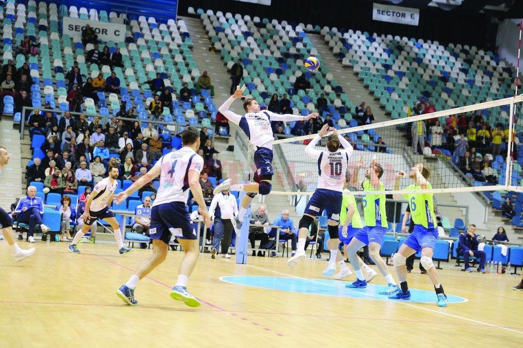 Jucătorii craioveni (în stânga) au obţinut o victorie de trei puncte în derbiul cu Zalăul (FOTO: Claudiu Tudor)