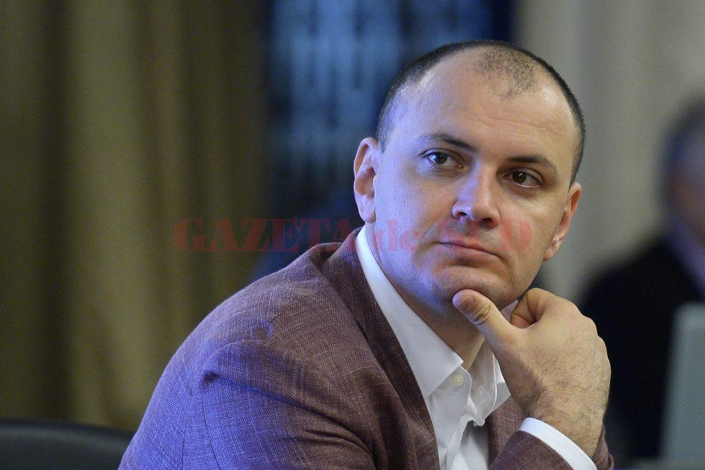 Deputatul PSD Sebastian Ghita participa la audierile reprezentantilor SRI, la Palatul Parlamentului, in Bucuresti, marti, 24 iunie 2014. Conducerea SRI este audiată de căre Comisia parlamentară de control al activitatii SRI, care doreste să afle în ce măsură presedintele Traian Băsescu a fost informat de serviciu în legătură cu implicarea fratelui său în scandalul de trafic de influenta cu membrii. OCTAV GANEA / MEDIAFAX FOTO