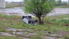 Oamenii legii au stabilit că șoferul unui Hyundai a lovit sensul giratoriu, după care s-a răsturnat în afara șoselei