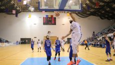 Travis Bureau (în alb) va juca din nou în play-off cu echipa sa, SCM-U Craiova (foto: Claudiu Tudor)