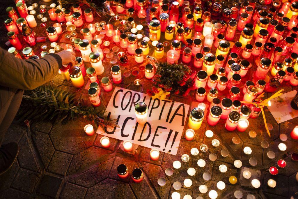 Mai multe persoane aprind lumanari in memoria victimelor incendiului de la clubul COLECTIV din Bucuresti, in Piata Victoriei din Timisoara, duminica, 1 noiembrie 2015.