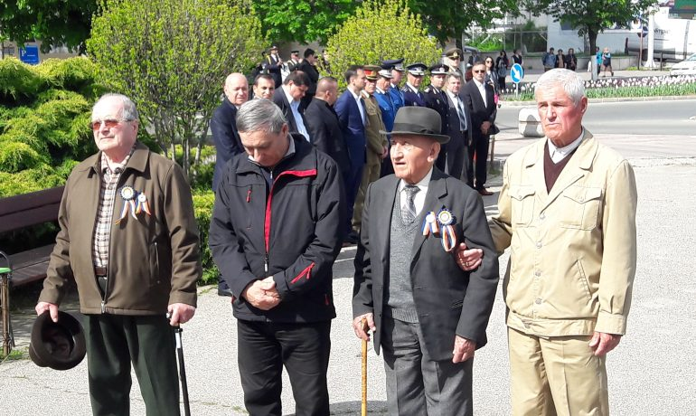 doi veterani (cel cu palarie si cel  cu palaria in mana) la manifestarile de astazi