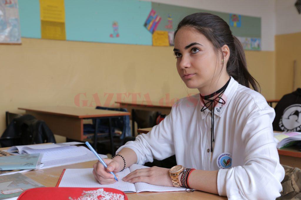 Petruța Catrinoiu, eleva de la Desa care a obținut una din cele două medii de  zece din Dolj,  la simularea evaluării naționale (Foto: Lucian Anghel)