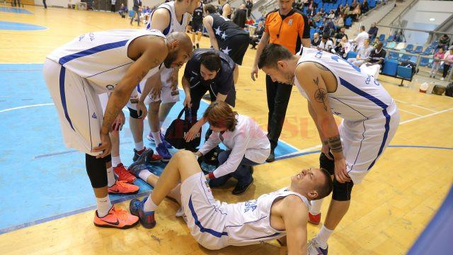 Mihai Gavrilă s-a accidentat pe finalul meciului (foto: Claudiu Tudor)
