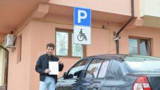 George Belu, arătând decizia de impunere emisă de DIT Craiova pentru taxa de parcare auto  (Foto: Claudiu Tudor)