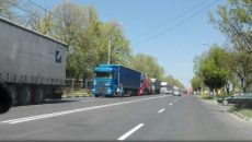 Coada de tiruri care așteaptă la trecerea frontierei prin PTF Giurgiu-Ruse se întindea, ieri după-amiază, pe aproximativ zece kilometri