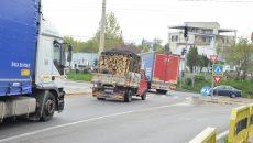 La intersecția străzii Calea București cu Centura de Nord se creează frecvent ambuteiaje, din cauza semafoarelor care nu funcționează de luni bune (Foto: Claudiu Tudor)