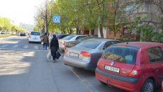 Mașinile parcate pe trotuar, pe bulevardul Carol I, obligă oamenii să circule pe stradă ()
