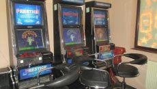Procurorii DIICOT au reținut că inculpații au fraudat mai multe aparate de jocuri de noroc folosind dispozitive electronice artizanale