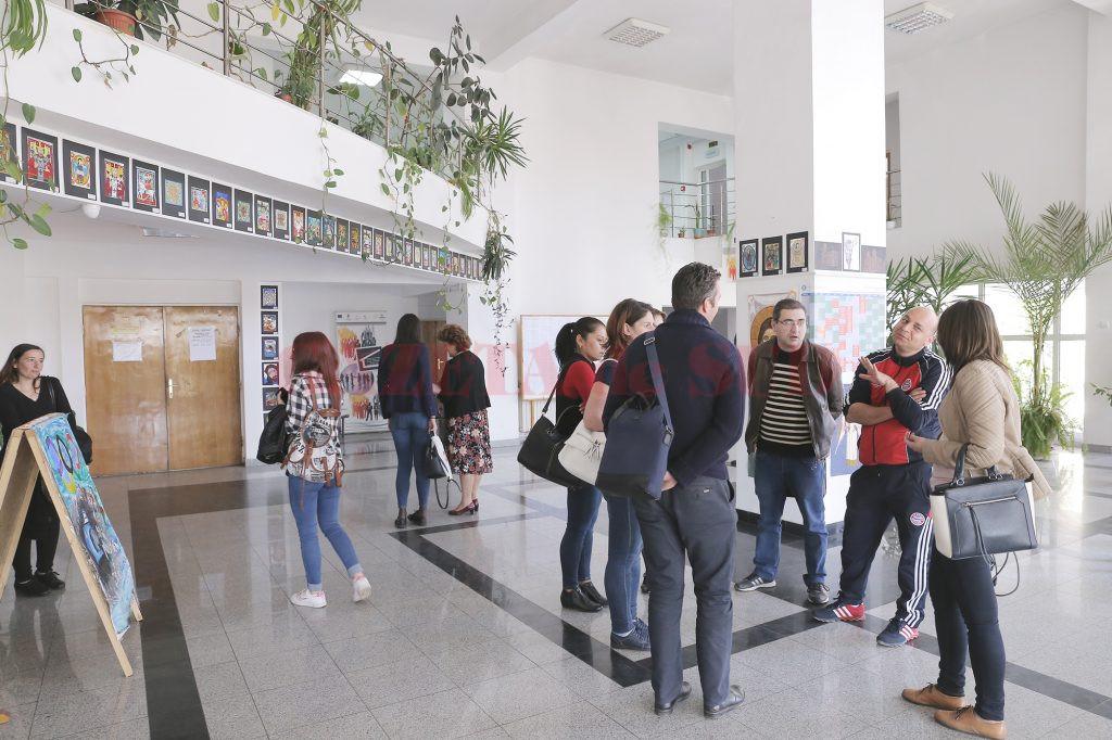 Cadrele didactice de la Școala Gimnazială Vela au fost ieri la ISJ Dolj pentru a cere să nu se schimbe directorul școlii (Foto: Lucian Anghel)