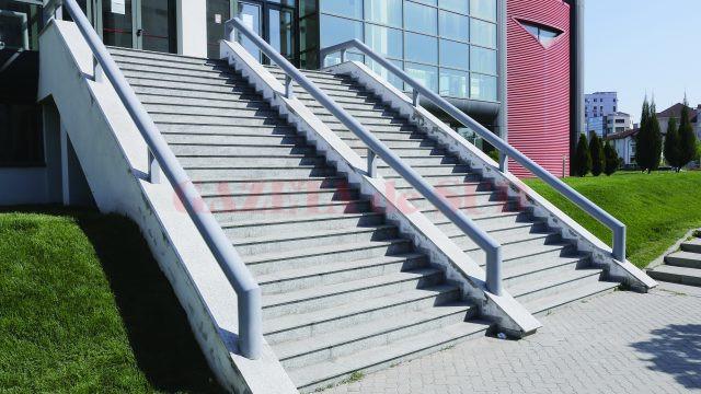 La scările exterioare de la Polivalentă, legislația actuală prevede balustrade intermediare  la maximum 2,50 metri (Foto: Lucian Anghel)