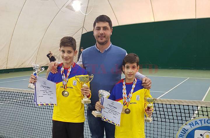 Antrenorul Alex Banciu (centru), alături de elevii săi, Alex Coman (stânga) şi Robert Gună (dreapta) (Foto: Arhiva GdS)