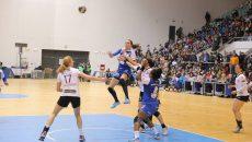 Cristina Zamfir (în albastru, la minge) este jucătoarea care a înscris cele mai multe goluri în acest sezon din Liga Naţională (foto: arhivă GdS)