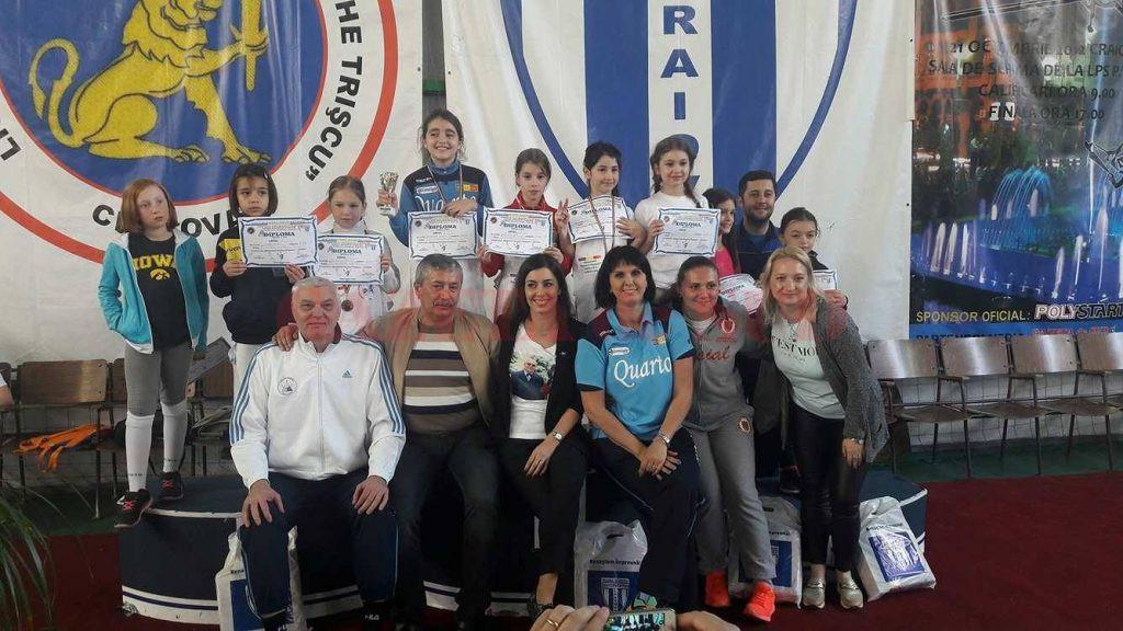 Campioana olimpică Loredana Dinu (în centru, jos) a fost prezentă la competiţia în memoria fostului ei antrenor. Pe podium nu s-au regăsit sportive din Craiova.