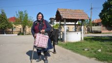 Ana Niță avea în sacoșă câteva alimente. Ea spune că nu știe ce e POS-ul, iar carduri nu prea sunt prin comună (Foto: Bogdan Grosu)