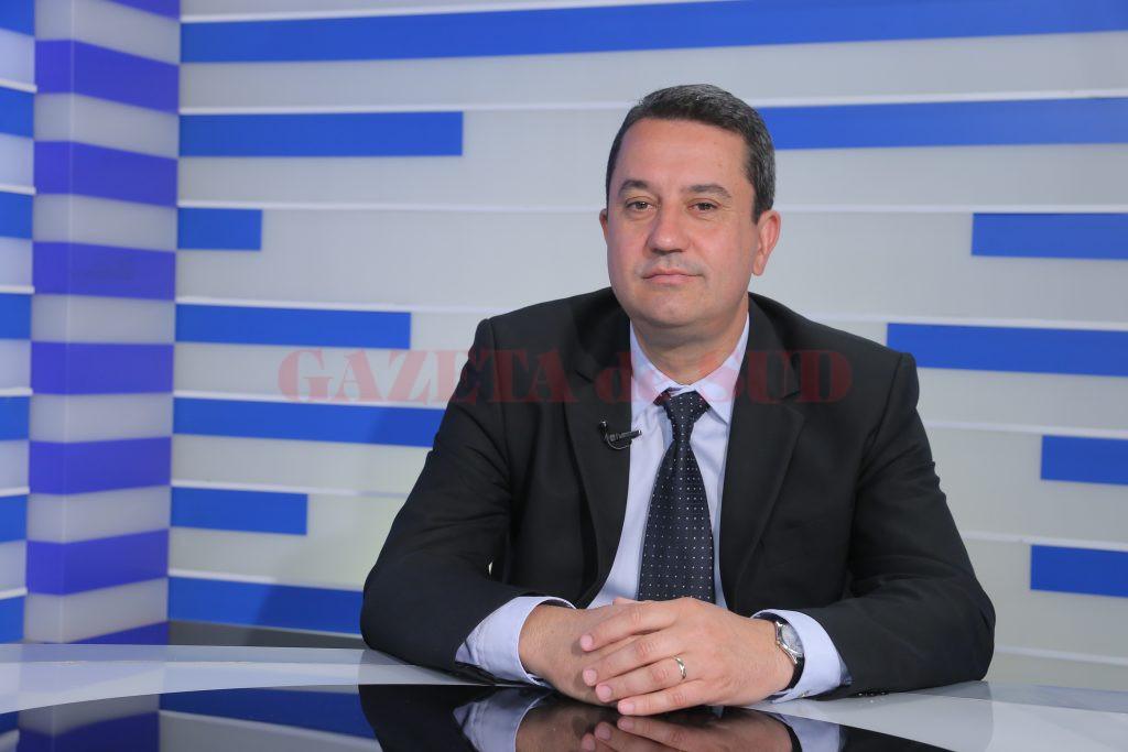 """Cristi Spulbăr, profesor universitar la FEAA, a explicat la emisiunea """"Economia Sudului"""" de la Alege TV avantajele și dezavantajele mai multor tipuri de investiții (Foto: Lucian Anghel)"""