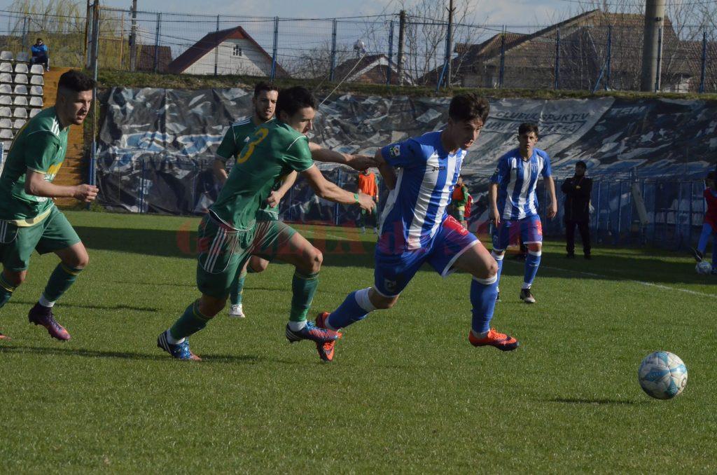 Alex Popescu (la minge) şi colegii săi susţin astăzi ultimul joc din sezonul 2016-2017 al Ligii a III-a (Foto: Alexandru Vîrtosu)