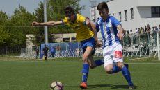 Alex Gârbiţă (alb-albastru) a fost vioara întâi în meciul cu Petrosport Ploieşti  (Foto: Alexandru Vîrtosu)