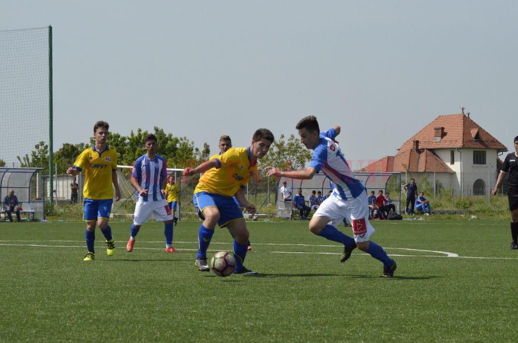 Alex Gârbiță (la minge) și colegii săi ar putea încheia campionatul regulat pe primul loc la Liga Elitelor U17 (Foto: Alexadru Vîrtosu)