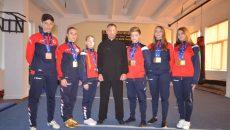 Antrenorul Silviu Obeanu alături de medaliaţii de la Clubul Wu Quan Li (Foto: Bogdan Grosu)