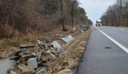 Unele rigole de pe DN 56 Craiova - Calafat au fost scoase recent și înlocuite, pentru că nu respectau standardul privind grosimea (Foto: Arhiva GdS)
